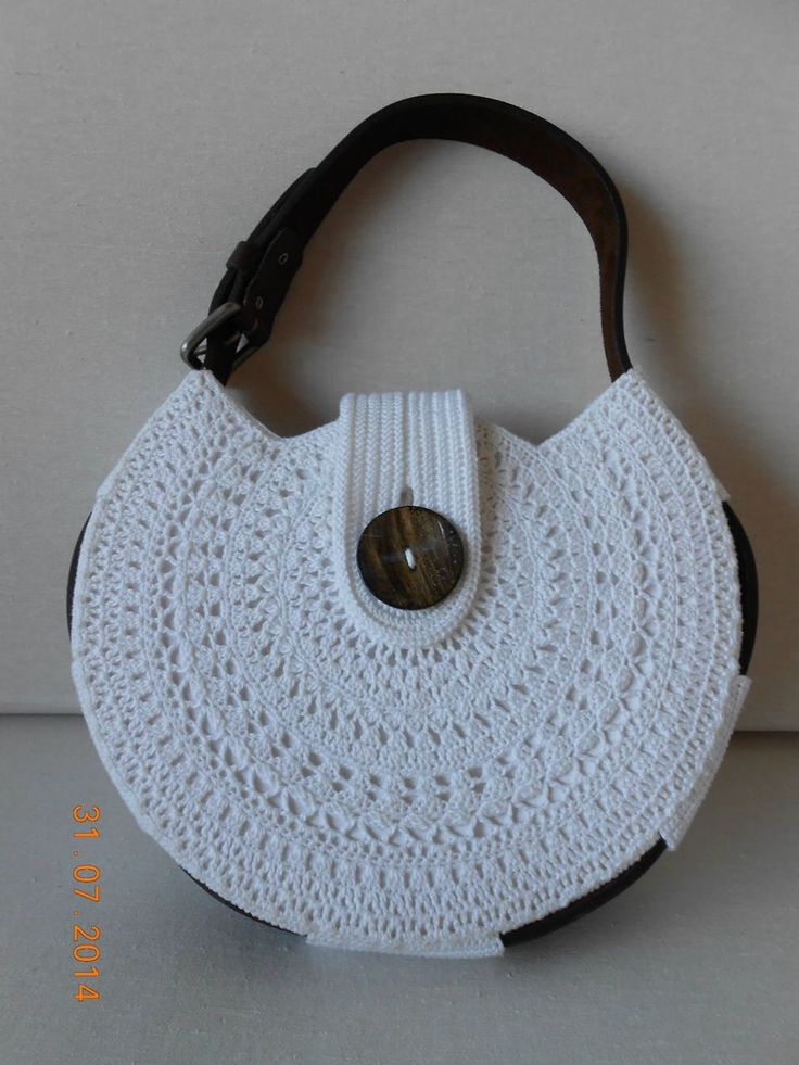 Love the leather belt around as a handle! Pattern at www.ravelry.com/patterns/library/belt-gusset-purse