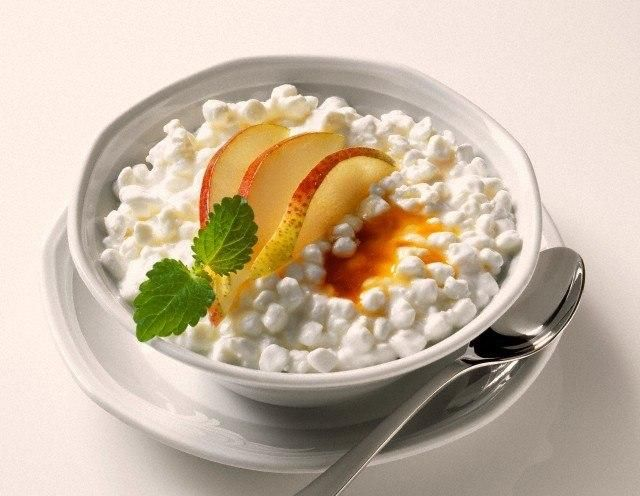 Диетические рецепты с творогом  Творог очень полезен для здорового питания. Это не дорогой продукт, содержащий много белка. Если вам не нравится его вкус, то при помощи некоторых полезных рецептов, этот недостаток можно легко устранить.  Рецепт приготовления творога по-эфиопски:  Вам понадобится: 450 г. Обезжиренного творога, 3 зубчика чеснока, 40 г. лука, половина чайной ложки молотой гвоздики, 1 ст. ложка сливочного масла, 1ст. ложка имбиря, небольшой перец чили, 900 г. шпината.  Смешайте…