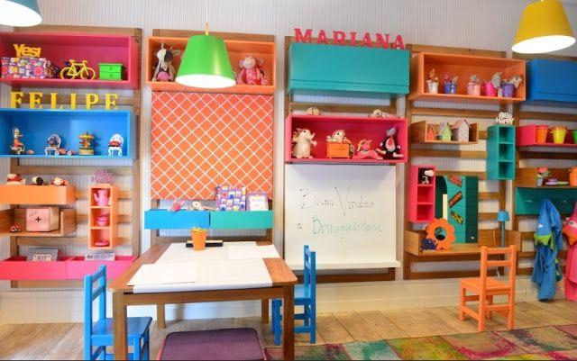 O quarto brinquedoteca foi o projeto concebido por Carmen Mansor, Fernando Azevedo e Tiza Kann, da Mak Interiores. Criou o quarto com casinha, mesa de desenho, lousa e quadro de fotos