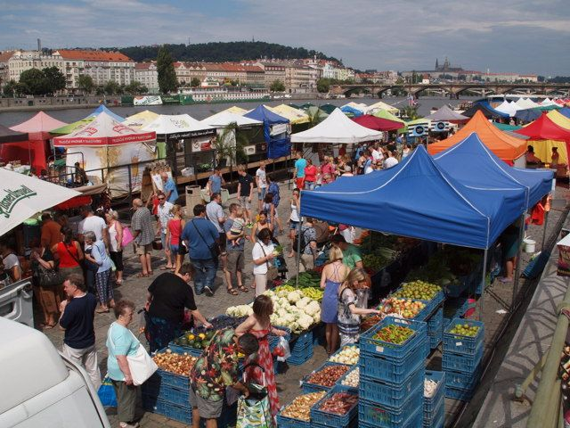 Farmářské trhy na Náplavce probíhají každou sobotu od 8do14.