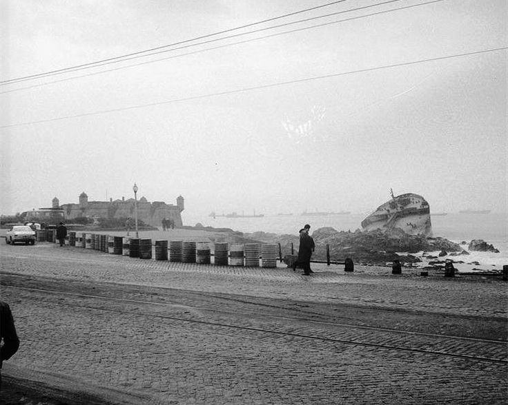 """Castelo do Queijo e proa encalhada do navio  """"Jacob Maersk"""", em 1975 // #porto #oporto #vintage #portovintage #70s #porto70s // webook.pt"""
