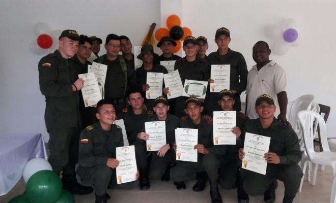 23 jovenes que prestan su servicio como auxiliar de policia se graduaron de bachiller