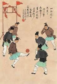 Los Chinos y Japoneses fueron los primeros en jugar fútbol.  Cuju or Tsu' Chu es la versión de fútbol que practicaban ellos.