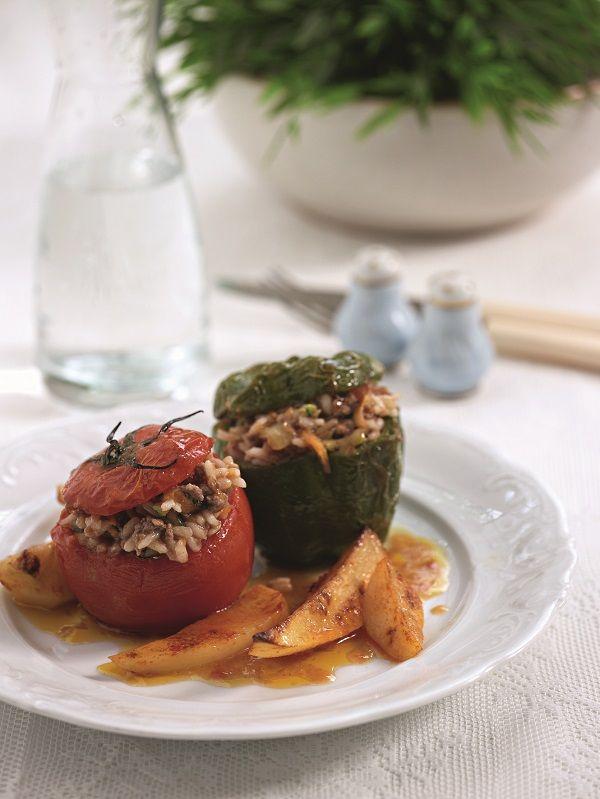 Γεμιστές ντομάτες και πιπεριές με μίγμα από ρύζι, κιμά, μυρωδικά και ψιλοκομμένα λαχανικά για επιπλέον γεύση.