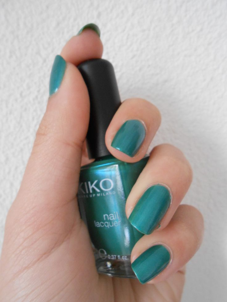 Un vernis vert émeraude pour des jolis reflets bleus http://lesonglesdemisss.overblog.com/un-vernis-vert-%C3%A9meraude-pour-des-jolis-reflets-bleus