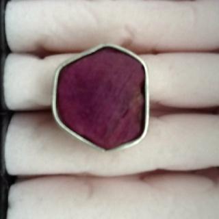 Zilveren ring met ruwe steen op een brede band. Gemaakt door Jannet.