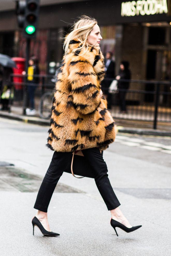 Los abrigos de pieles se modernizan y colorean ¡abrígate que viene el frío! http://chezagnes.blogspot.com/2017/01/fur-fur-fur.html #fur #furcoat #abrigo #pieles #abrigodepiel #streetstyle #moda #fashion