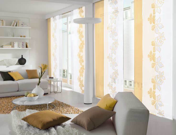 wei er und gelber fl chenvorhang im wohnzimmer gardinen gardine weiss gelb gardinen. Black Bedroom Furniture Sets. Home Design Ideas