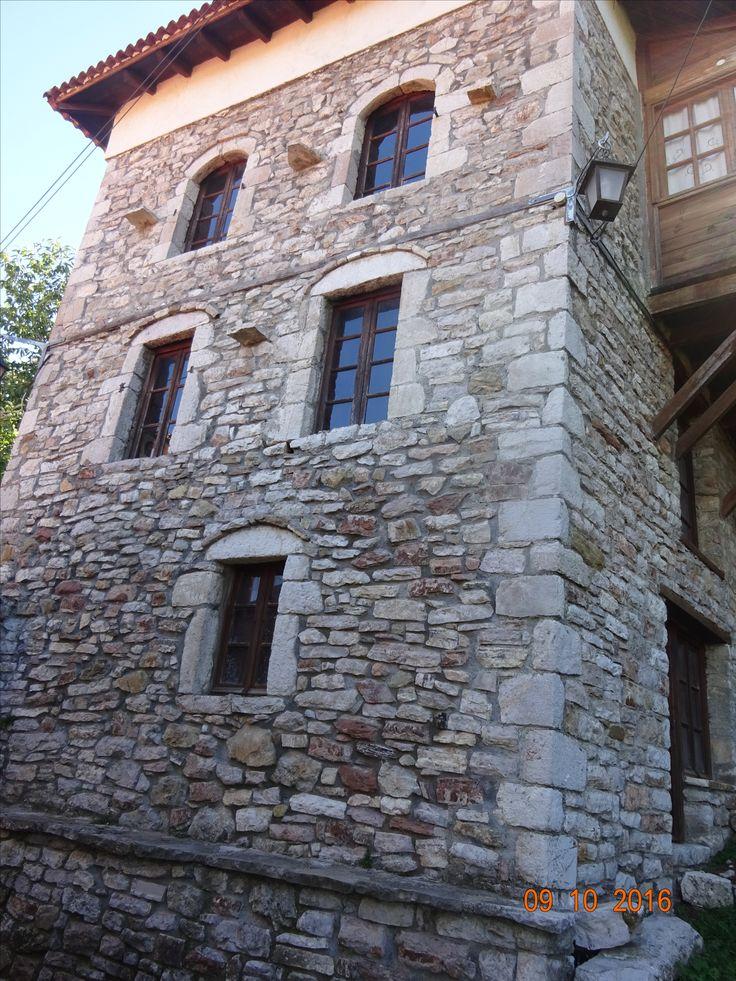 Η κάτω όψη του αρχοντικού σπιτιού στην κάτω γειτονιά της Ανδρίτσαινας, φωτ: Έφη Χατζηνάσου