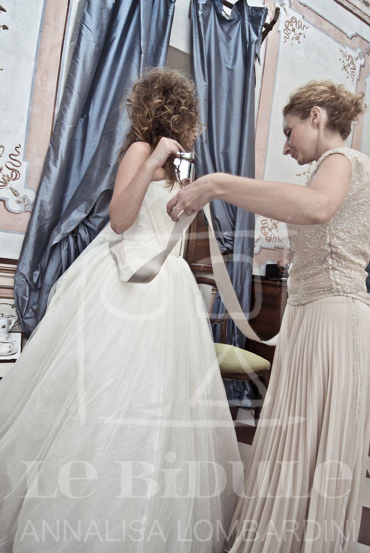 Annalisa al lavoro con la sposa - Annalisa at work with the bride - Style design and image consulting by @nanni31 @LeBidule Wedding dress - Abito nuziale - Consulenza di stile e immagine