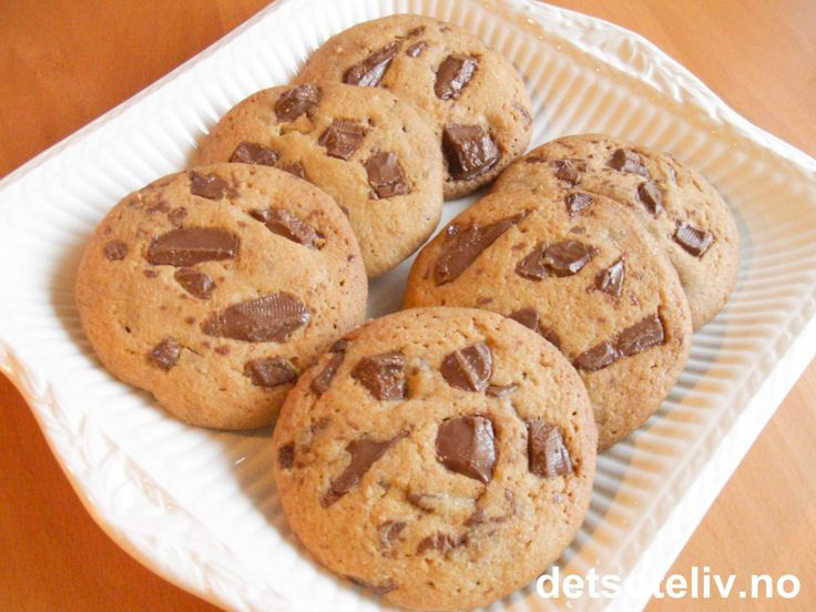 """Supergode """"Cookies med melkesjokolade"""" slår an hos de fleste kakemonser. Oppskriften gir 36 stk. Barnas favoritt!"""