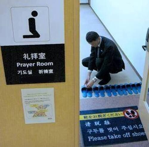Japan's Muslim Friendly Airports   International airports in Japan have opened new prayer rooms as well offering halal food for Muslims, amid a wider plan to make Japanese ports more Muslim friendly. - See more at: http://islamic-pictures.com/page/10#sthash.y1ojJomo.dpuf