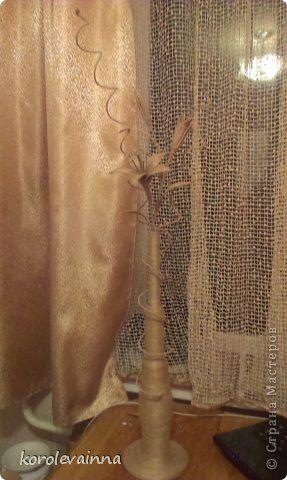 Ваза с веткой лилии из джутового шпагата фото 3