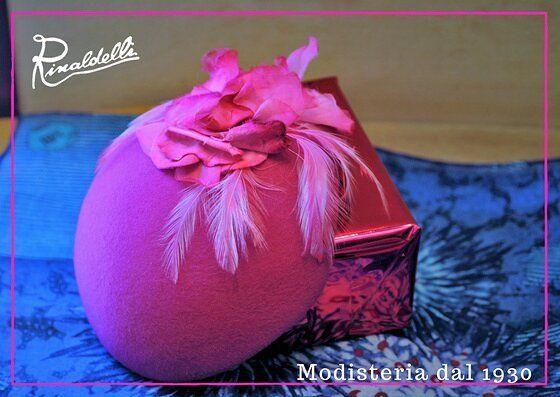 """Toque toque... """"Chi è?"""" :) Il cappello racconta la nostra identità o comunque uno stato d'animo. E tu che cappello sei? (Toque in feltro di lepre di un bel fucsia con fiori in seta e velluto)  #artigianato #madeinitaly #moda #fashion #style #stile #instalike #instalife #instamoment #l4l #like4like #likeforlike #wedding #bride #sposa #spose #veletta #matrimonio #wedding #silk #seta #flower #fiore #cerimonie"""