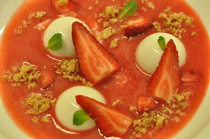 zuppa di fragole con yogurt solido