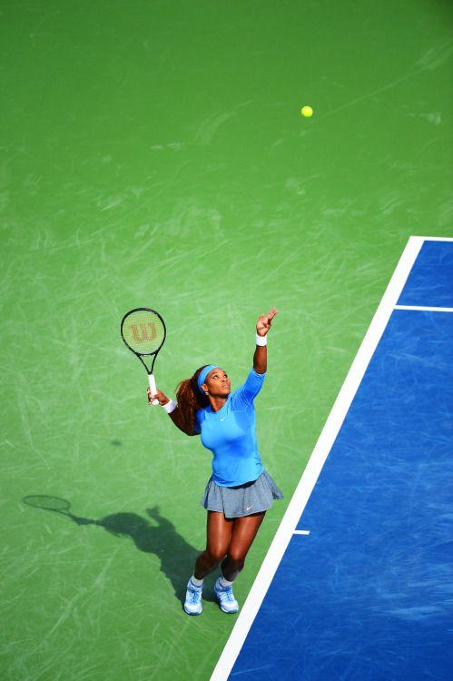 """adambirkan: """"Serena Williams sirve contra Simona Halep durante los cuartos de final del Western & Southern Open en Mason, Ohio.  Adam Birkan / The Enquirer """""""