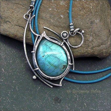 Небольшое изящное ожерелье на кожаном шнуре с лабрадором.