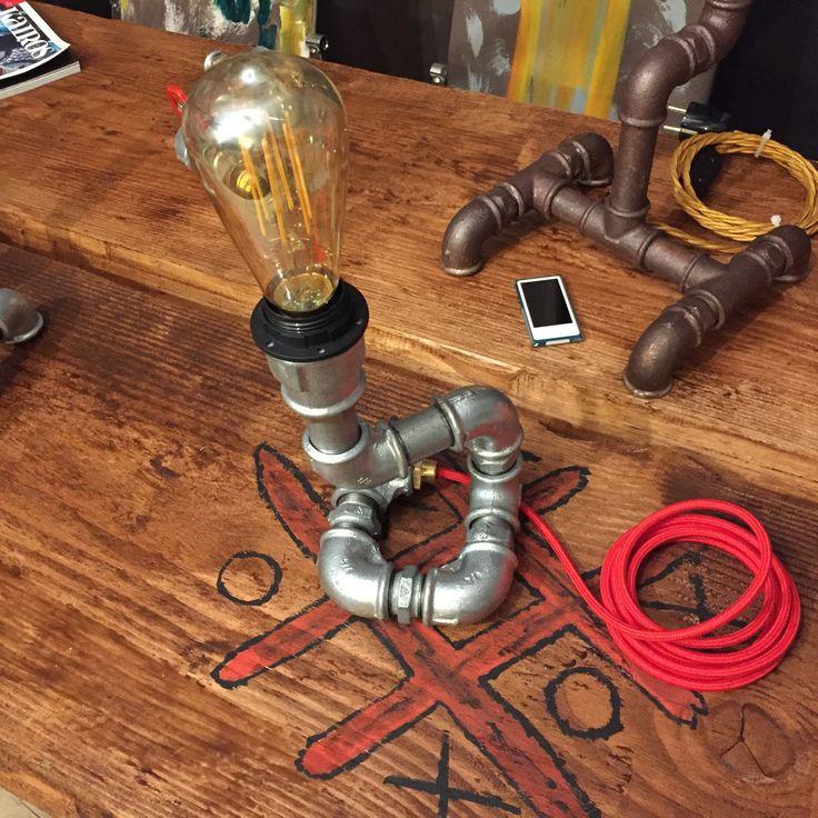 Fantastica lampada da tavolo stile industriale, microlamp. Interamente realizzata a mano. Struttura tubolare da 3/4, altezza 25cm. La struttura tubolare su richiesta può essere personalizzata con verniciatura a smalti a vostra scelta.