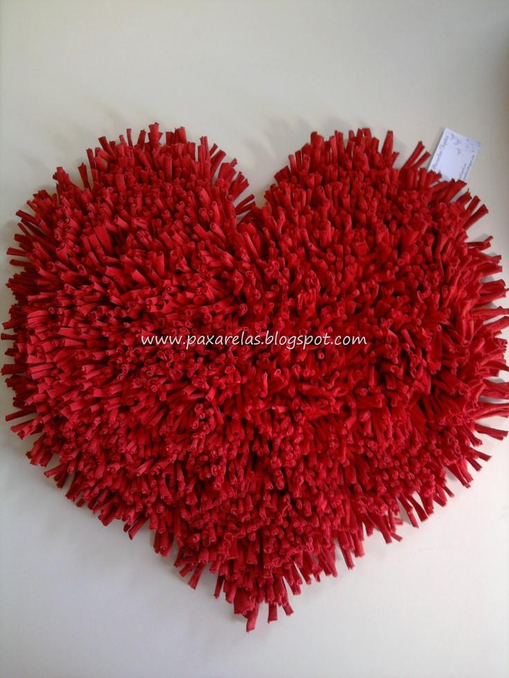 Alfombra Corazón Grande!  Confeccionada con flecos de totora en tono rojo liso.  Medidas: 60x60cm