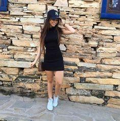 Looks con gorra little black dress vestido negro tenis blancos bolso gorra Yankees