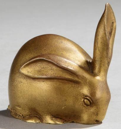 Edouard Marcel SANDOZ (1881 - 1971) «Lapin» une oreille dressée Sculpture en bronze à patine doré - Fonte d'éditions de SUSSE Frères. Signé «Ed. M. Sandoz» et «SUSSE Fes Edts Paris». H: 6 cm L: 6,4 cm