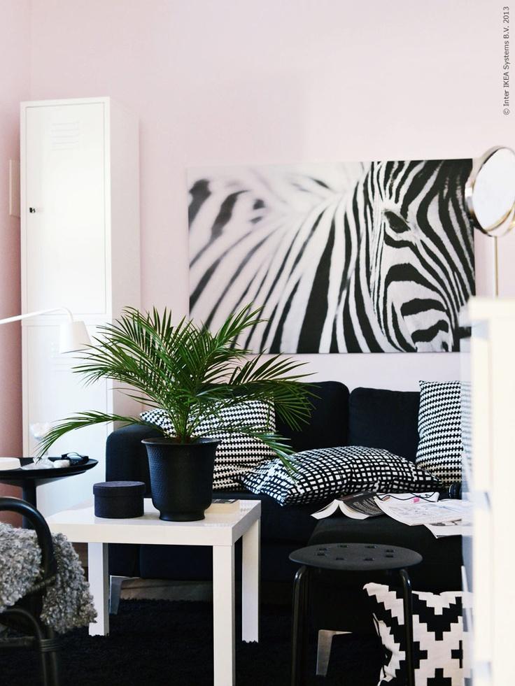 När liten blir stor behövs en uppdatering av barnrummet till ett tonårsrum. Här med KARLSTAD soffa och svartvita detaljer.