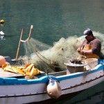 repairing a net .... http://www.dreamsicilyvillas.com/guide/sicilian-cities/castellammare-del-golfo/