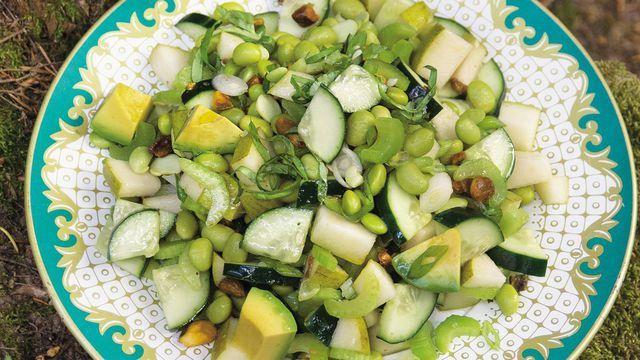 Salade verte concombre-poire-céleri-avocat-pistache.