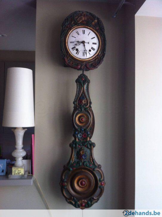 Prachtige Comtoise ( Frankrijk ) klok met 2 zware gewichten, en zeer mooi met bloemenslinger, nog in originele staat, geen restauraties. Een...