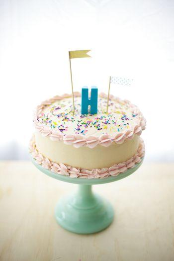 シリコン型で作ったイニシャルチョコレートをトッピングしたバースデーケーキ。こんな可愛いケーキなら、バースデーがもっと楽しくなる♪