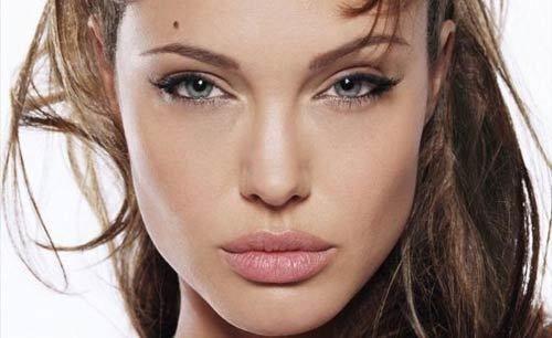 ¿No tenemos anhelamos pómulos esculpidos finas cuando vemos a Angelina Jolie , Kiera Knightley o nuestro propio 'Heroína' Kareena Kapoor? No busque más! Ahora puede hacer alarde de pómulos bien definidos. Hay una técnica de maquillaje especial llamado 'contorno ', que le da la ilusión de pómulos altos.¿Es posible para el contorno de la cara
