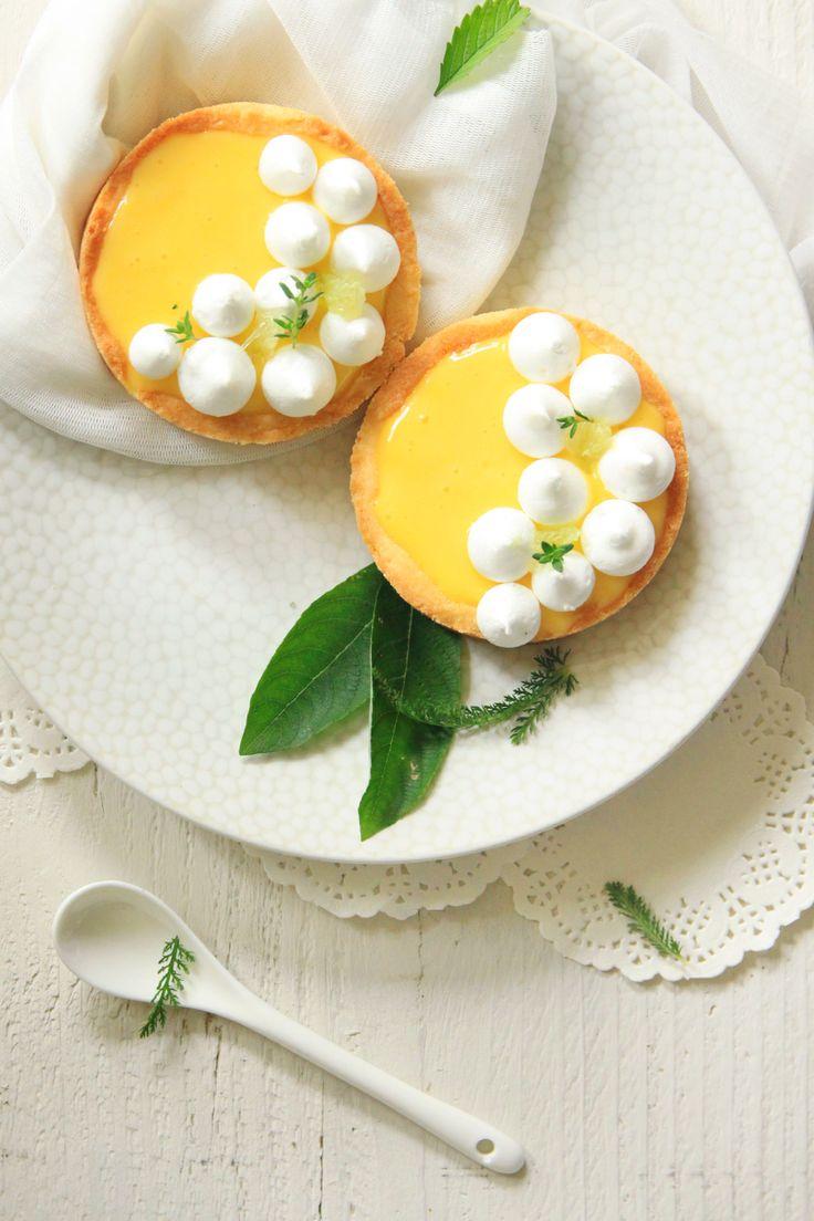 Tartelettes au citron, petites meringues croquantes.