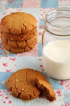 Ciasteczka z masłem orzechowym są miękkie w środku, lekko chrupiące na zewnątrz, bardzo orzechowe i co ważne robi się je niezwykle prosto i szybko.