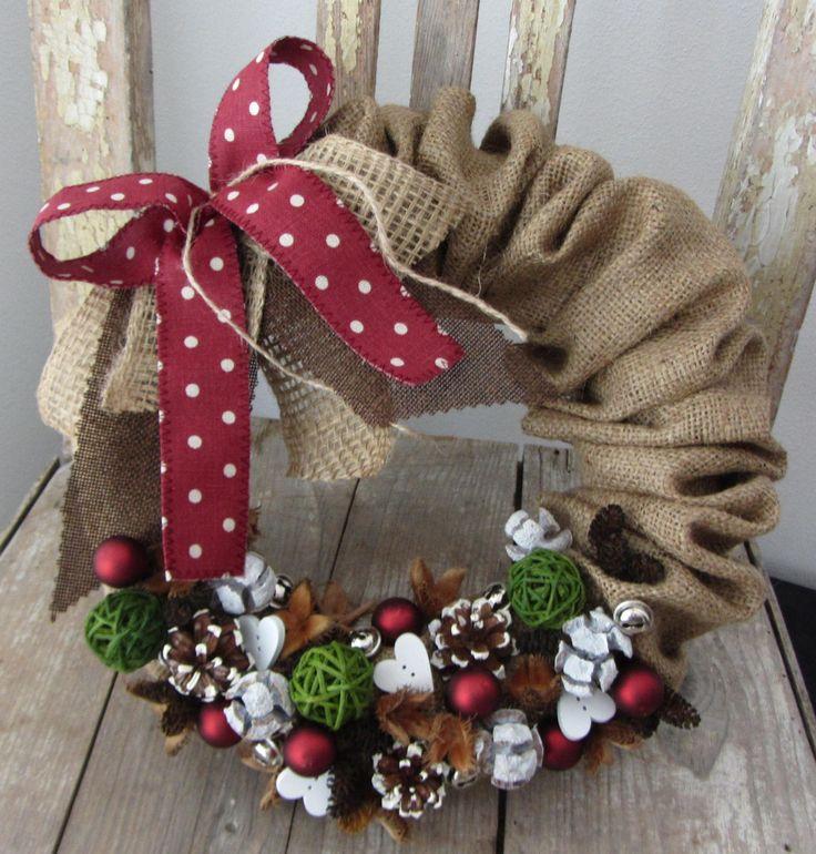 puntíkaté+Vánoce+věneček+v+kabátku+z+juty,+s+puntíkatou+vínovou+mašlí,+zdobeno+v+duchu+Vánoc+průměr+29cm