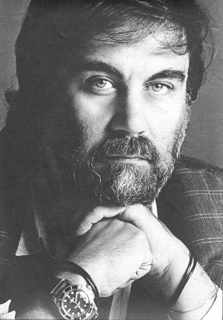 """Vangelis (1943 -     ) est un musicien et compositeur de musique de films grec. Ses partitions les plus connues ont été réalisées pour les films """"Les Chariots de feu"""", """"Antarctica"""", """"Blade Runner"""", et """"1492 : Christophe Colomb"""". Il est aussi reconnu pour être l'un des pionniers de la musique électronique dans les années 70."""