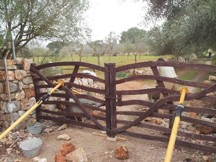 Entrada a finca r stica con barreras en madera artesanales - Como cerrar un terreno con madera ...