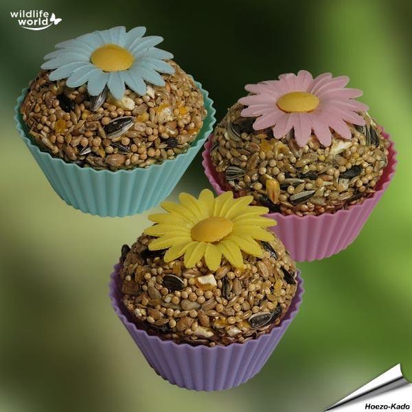 Cupcake lekkernij voor tuinvogels    In de leuke verpakking zitten herbruikbare siliconen cupcake vormpjes en een recept om ze zelf weer te maken.