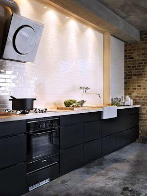5 Cocinas en Blanco y Negro: White Tile, Dreams Kitchens, Black Cabinets, Dreams House, Black White, Black Kitchens, White Subway Tile, Concrete Floors, White Kitchens