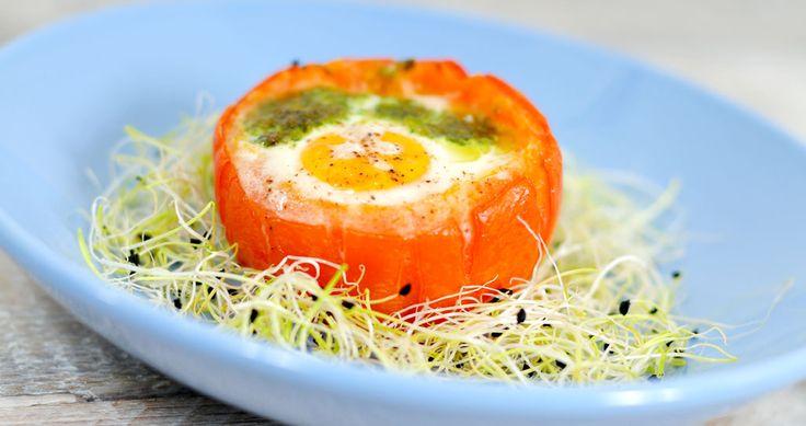 Gevulde tomaat met ei en pesto
