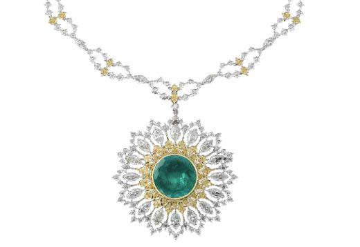 Gianmaria Buccellati - Collana girocollo in platino con diamanti bianchi e gialli e pendente centrale in pavè di diamanti gialli, diamanti bianchi taglio a goccia e pavè di diamanti; al centro uno smeraldo. Il pendente può essere staccato per diventare una spilla. Pezzo unico