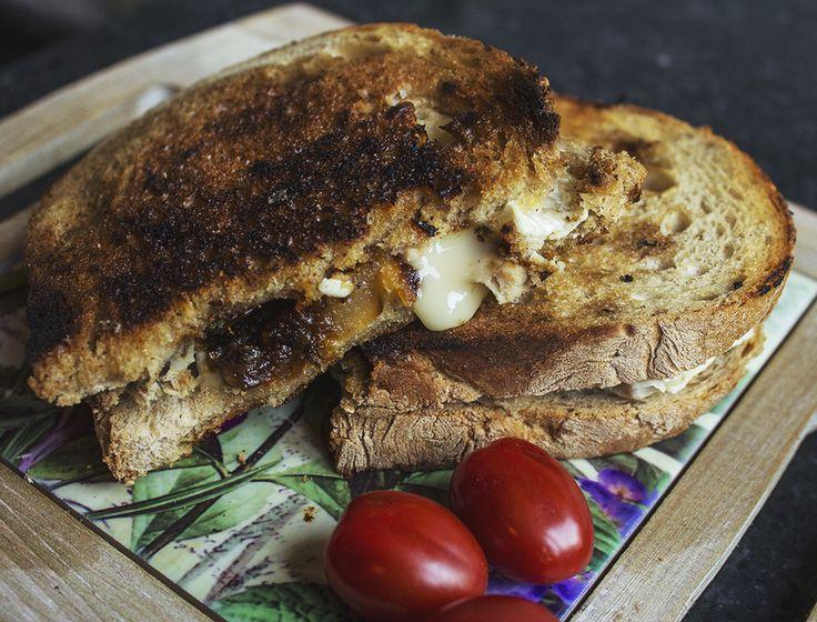 Sandwich cald cu pulpă de porc şi gorgonzola – Mana Verde