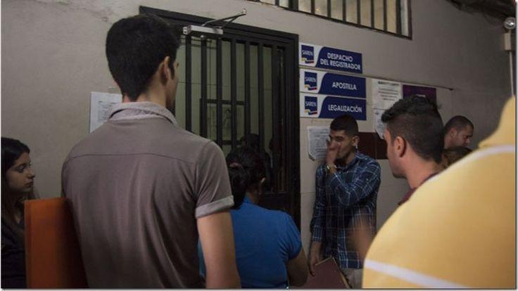 La odisea de los venezolanos para apostillar un documento - http://www.leanoticias.com/2017/08/30/la-odisea-de-los-venezolanos-para-apostillar-un-documento/