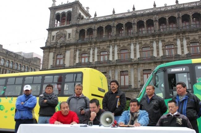 * Ante los problemas económicos ocasionados por la invasión del Corredor Metropolitano, transportistas acuden desesperados al Zócalo a manifestarse por la inacción de la SETRAVI y plantean inicio de movilizaciones la siguiente semana