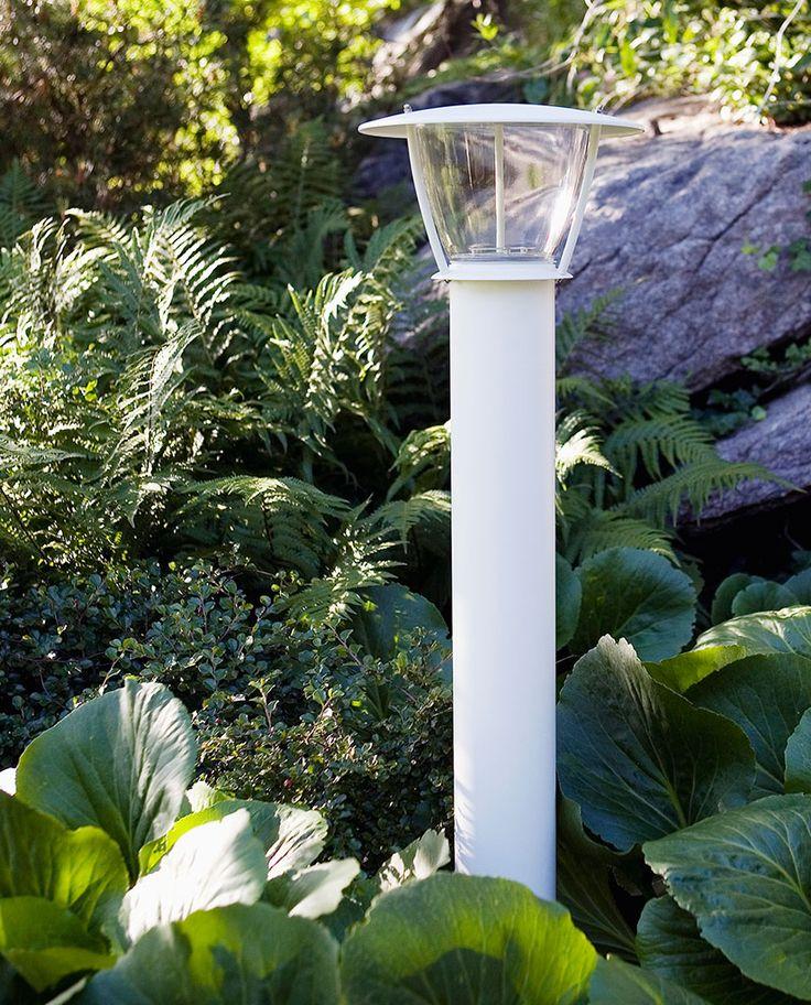 Noon er en lampeserie med myke og litt landlige former i en versjon til vegg og flere frittstående. Serien gir lys som effektivt lyser opp området rundt og er perfekt for åpne miljøer.