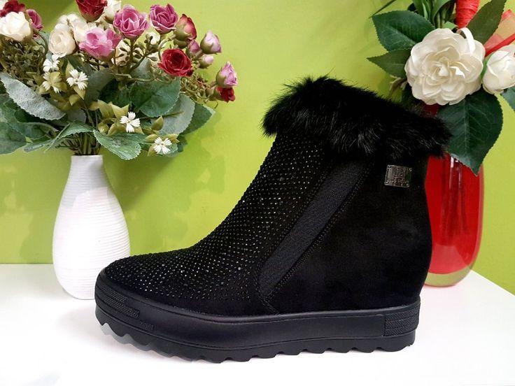PODZIMNÍ KOTNÍKOVÁ OBUV NA KLÍNKU LAURA BIAGIOTTI S KOŽÍŠKEM A KAMENY Elegantní černá vyšší kotníkové obuv, vhodná pro podzimní i zimní období. #shoesshop #boutique #autumn #winter #kotnikovaobuv #damskamoda #damskaobuv #kozisek #kameny
