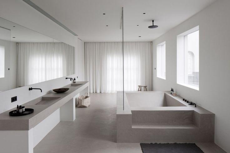 Indeling; groot bad met meubel met twee waskommen