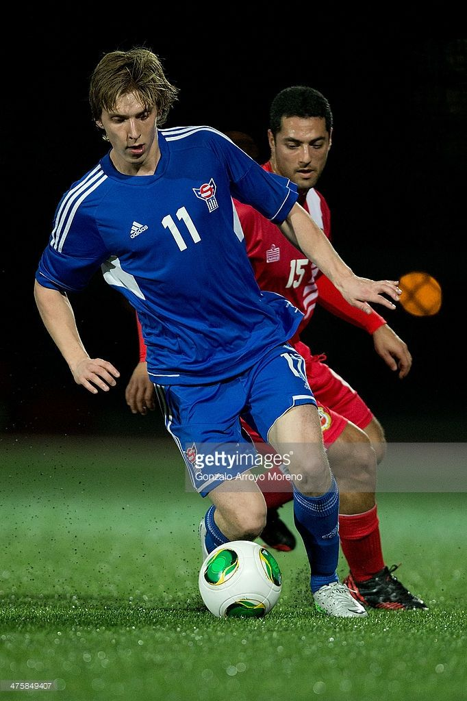 joan-simun-edmundsson-competes-for-the-ball-ahead-yogan-santos-of-picture-id475849407 (682×1024)