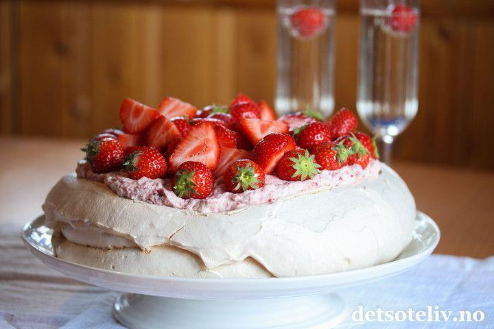 Sponset innlegg. Hei dere! Det er dagen før dagen og mange har tenkt å bake en 17. mai-kake i dag! Vet du hvilken kake som er mest populær å lage til 17. mai for tiden? Jo det er Pavlova såklart. Du finner denne kaken i mange varianter HER på Det søte liv. I dag skal jeg vise dere hvordan man enkelt lager en supergod og festlig Pavlova med smak av søte jordbær og champagne!