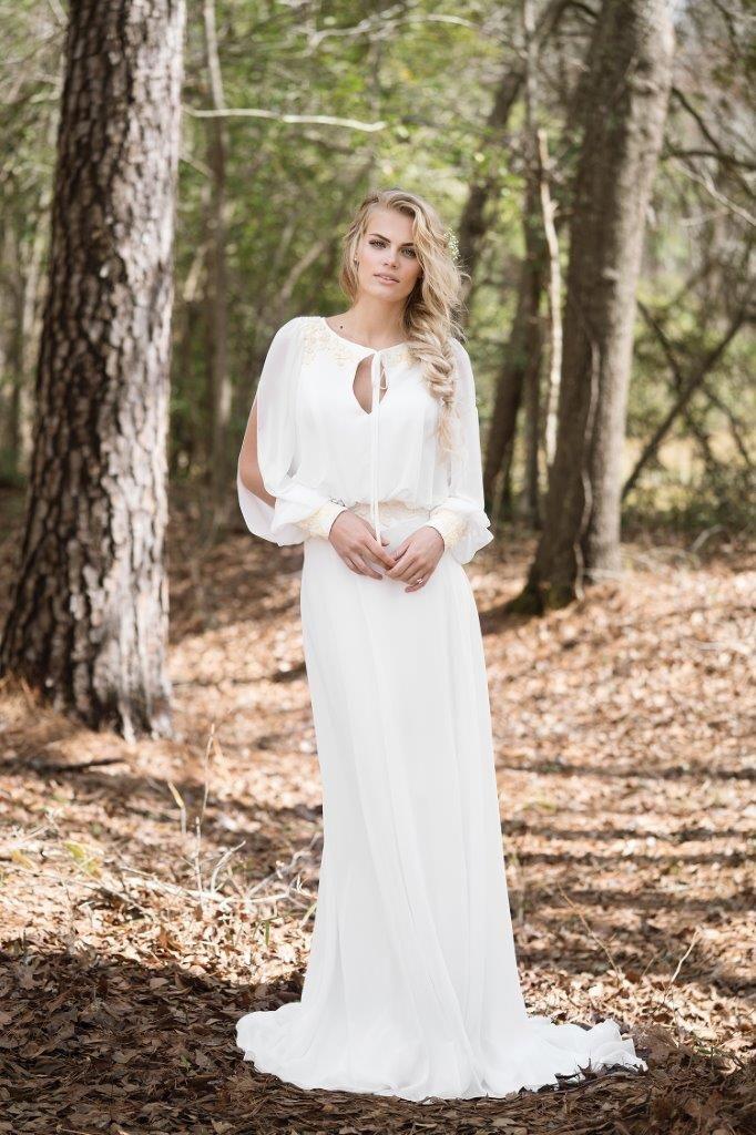 d74ce79b Lækker Boheme / hippie / vintage brudekjole i chiffon med ærmer og meget  dyb ryg. Der en smule blonder på kjolen. Lange ærmer. Læg mærke til ryggen  på denne ...