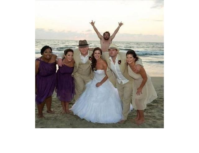 25 Wedding Photobombs That Ruined Wonderful Pictures
